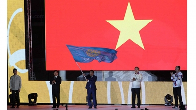 SEA Games 30 : le rideau tombe, le drapeau des SEA Games remis au Vietnam